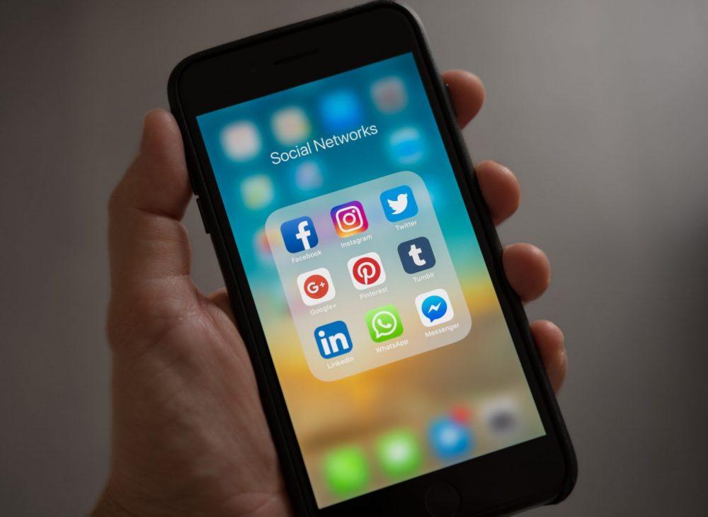smartphone avec réseaux sociaux